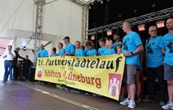 Empfang für die Teilnehmerinnen und Teilnehmer des 28. Partnerstädtelaufes Köthen-Lüneburg auf der Marktplatz-Bühne zum Lüneburger Stadtfest. Foto: Hansestadt Lüneburg