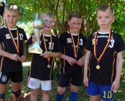Voller Stolz nahmen die Sieger des Teams Portugal die Wanderpokale entgegen. Jedes Kind erhielt eine Medaille und eine Urkunde. Foto: Kita Oedeme