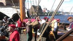 """Lüneburger Delegierte entladen auf der Kogge """"Lisa von Lübeck"""" Salz aus Lüneburg beim Hansetag in Rostock (Foto: Hansestadt Lüneburg)."""