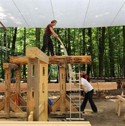 Hier sind echte Handarbeit und Teamgeist gefragt: Die Handwerker des Vereins Kesurokai e.V. bei den Arbeiten für die neue Holzbrücke am Hasenburger Bach. Foto: Hansestadt Lüneburg