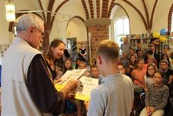 Bürgermeister Dr. Gerhard Scharf verteilt in der Ratsbücherei Diplome an die Kinder, die beim Sommerleseclub mitgemacht haben. Foto: Hansestadt Lüneburg