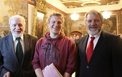 Christoph Podstawa (Mitte) nach seiner Verpflichtung im Rat mit Oberbürgermeister Ulrich Mädge (rechts) und dem Ratsvorsitzenden Wolf von Nordheim. Foto: Hansestadt Lüneburg
