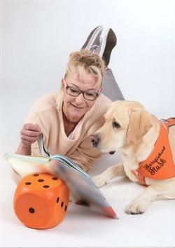 Labrador Flash kommt mit Hundeführerin Mandy Mühlbauer in die Jugendbücherei, um gemeinsam mit Kindern Weihnachtsgeschichten zu lesen. Foto: privat