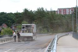 Ein sogenannter Flüsterasphalt wurde im August auf Teilen der Friedrich-Ebert-Brücke und der Konrad-Adenauer-Straße aufgebracht. Der Verkehr musste hier großräumig umgeleitet werden. Foto: Hansestadt Lüneburg