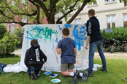 Beim Action-Painting im Klosterhof konnten die neuen Mitglieder des JULIUS-CLUB kreativ werden (Foto Hansestadt Lüneburg)