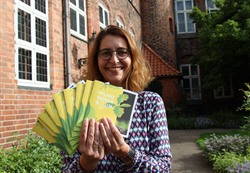 Projektbetreuerin Constanze Keuter freut sich über die neue Lünepaten-Broschüre ( Foto: Hansestadt Lüneburg)