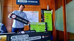 Frisch geliefert: Sebastian Heilmann zeigt die neuen Schilder, mit denen die Hansestadt in Kürze die Orientierung am Zentralen Omnibusbahnhof gerade auch für Auswärtige erhöhen will. Foto: Hansestadt Lüneburg
